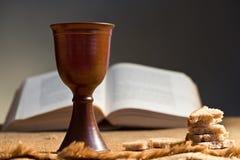 Calice di vino con pane e la bibbia Immagine Stock Libera da Diritti