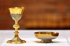 Calice dorato sull'altare durante la massa Fotografia Stock
