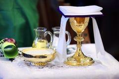 Calice dorato sull'altare durante la massa Fotografie Stock Libere da Diritti