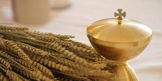 Calice et les oreilles du blé au-dessus d'un autel dans l'église chrétienne photographie stock libre de droits