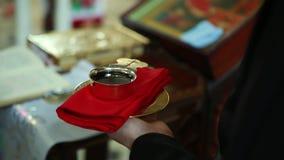 Calice nelle mani delle nozze del sacerdote archivi video