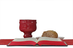 Calice, pane e bibbia su fondo bianco Fotografia Stock