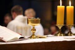 Calice sull'altare durante la distribuzione della comunione santa Immagine Stock