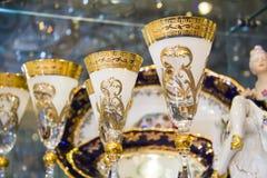 Calici dorati di lusso su una vetrina Immagini Stock Libere da Diritti