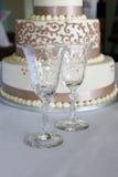 Calici e torta di cerimonia nuziale a cristallo Fotografia Stock