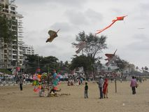 Calicut, Kerala, India - 1° gennaio 2009 bambini che pilotano gli aquiloni variopinti alla spiaggia di Calicut fotografie stock