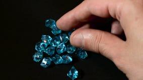 Calidad masculina del control de la mano de diamantes o de la piedra preciosa azules almacen de metraje de vídeo