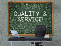 Calidad y servicio en la pizarra en la oficina 3d Imagenes de archivo