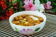 Caliente comida dulce de leche cuajada de la haba con jarabe, las nueces de Ginkgo, y mini gingered Fotos de archivo libres de regalías