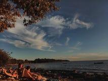 Caliente, día soleado en la playa en la ciudad Porec de Istrian, en Croacia Imagen de archivo