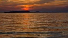 Caliente el cielo coloreado después de puesta del sol sobre el mar adriático Imagen de archivo