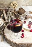 Caliente el vino reflexionado sobre con la fruta cítrica, los arándanos y las especias con el woode Fotos de archivo libres de regalías