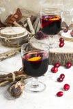 Caliente el vino reflexionado sobre con la fruta cítrica, los arándanos y las especias con el woode Fotografía de archivo