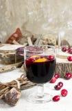 Caliente el vino reflexionado sobre con la fruta cítrica, los arándanos y las especias con el woode Fotografía de archivo libre de regalías