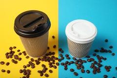 Caliente grande y pequeño a ir café en la taza de papel imagen de archivo