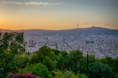 Caliente la puesta del sol anaranjada sobre la ciudad de Barcelona, España Imágenes de archivo libres de regalías