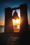 Caliente la puesta del sol hermosa con el contorno de la campana Foto de archivo libre de regalías