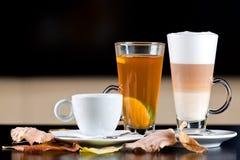Caliente las bebidas: café, té, latte con las hojas de otoño Fotos de archivo libres de regalías