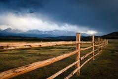 Caliente - una cerca de madera que pasa por alto AKTRU imagen de archivo