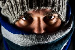 Caliente vestida hombre por un día frío imagen de archivo