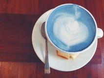 'Caliente y Pee Milk de Butterï¬ en la tabla de madera Foto de archivo libre de regalías