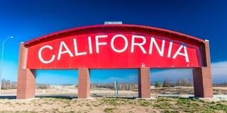Califórnia Roadsign vermelho fora de 70 de um estado a outro/40 Fotografia de Stock