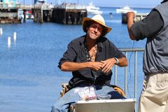 californië De V.S. De tribune van oktober 2012 Een mens in een strohoed maakt parels en verkoopt hen stock afbeeldingen