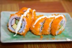 Californië Maki Sushi met Masago - Broodje van Krabvlees wordt gemaakt, Avoc die Stock Afbeelding