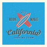 California que practica surf a Team Abstract Vector Label o stock de ilustración