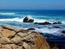 California Rocky Shore Water Crashing contra rocas - del viaje por carretera carretera abajo ninguna 1 fotografía de archivo
