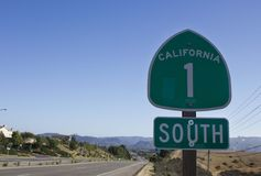 California 1 señal de tráfico, calle y paisaje de la carretera Imagen de archivo