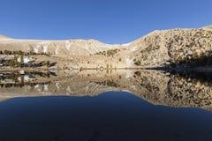 California Sierra Nevada Wilderness Lake Above la hilera de árboles Imagen de archivo libre de regalías