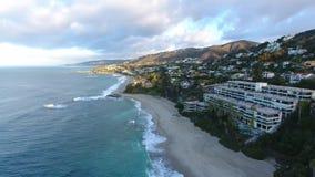 California, Stati Uniti, vista aerea delle case di spiaggia lungo la costa del Pacifico in California Bene immobile durante il tr stock footage