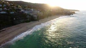 California, Stati Uniti, vista aerea delle case di spiaggia lungo la costa del Pacifico in California Bene immobile durante il tr archivi video