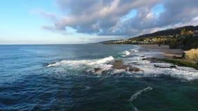 California, Stati Uniti, vista aerea delle case di spiaggia lungo la costa del Pacifico in California Bene immobile durante il tr video d archivio