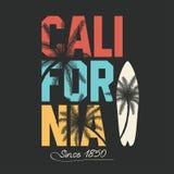 California, tipografía que practica surf Gráficos de la camiseta con las palmas tropicales ilustración del vector