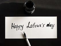 Caligrafía de trabajo feliz del día del ` s y postal lattering Visión superior con el calligraph Fotos de archivo
