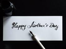 Caligrafía feliz del día del ` s de la madre y postal lattering Papel brillante Foto de archivo libre de regalías