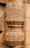 Caligrafia e projeto intrincado no complexo de Qutub Minar Fotografia de Stock Royalty Free