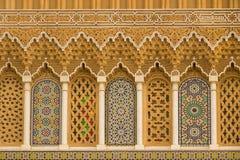Caligrafia islâmica e testes padrões geométricos coloridos um Marrocos Imagens de Stock