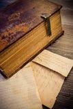 Caligrafia religiosa de um livro romano velho de 300 anos na língua latin Fotografia de Stock
