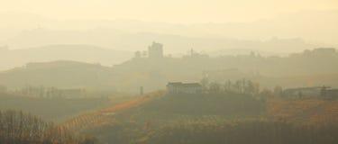 Calina sobre las colinas. Piedmont, Italia norteña. fotos de archivo libres de regalías