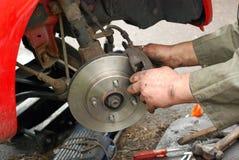 Calipe di prova del meccanico sul nuovo freno a disco. Fotografia Stock