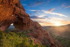 与云彩的红色岩石山曲拱日落在Calitzdorp附近在Sou 免版税库存照片