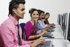 Call-Center-Angestellte, die im Büro arbeiten Stockfotografie