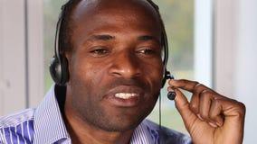 Call-Center arbeitet mit dem Kunden stock footage