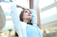 Call-Center-Betreiber im Kopfhörer, der am Arbeitsplatz im Büro stillsteht stockfotografie