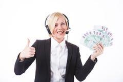 Call-Center-Betreiber mit Bargeld Stockfoto