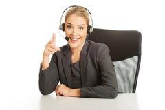 Call-Center-Frau, die am Schreibtisch sitzt Stockfoto