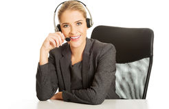 Call-Center-Frau, die am Schreibtisch sitzt Lizenzfreies Stockbild